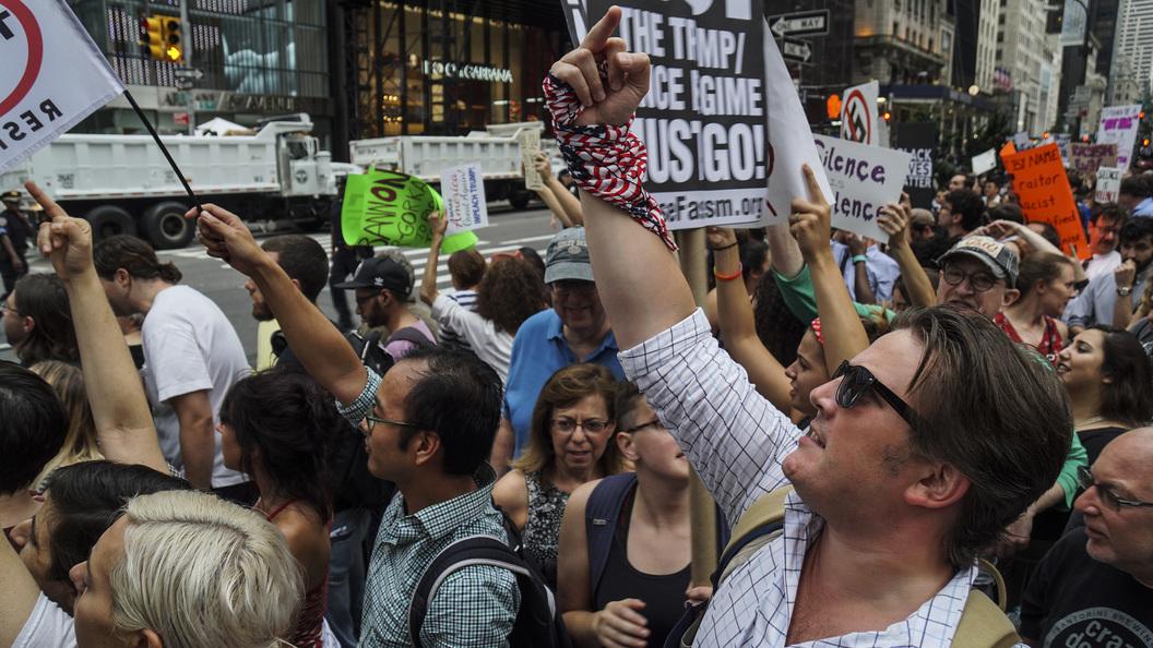ВНью-Йорке активисты устроили акцию протеста против президента США
