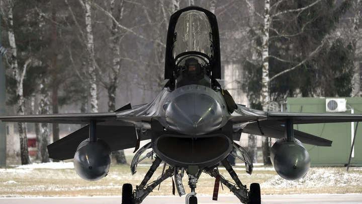 Гадюка совершила первый полёт: ВВС США показали на видео F-16, замаскированный под Су-57