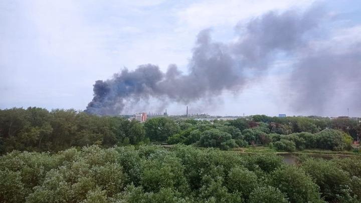 Из-за крупного пожара на складе в Челябинске обрушилась крыша