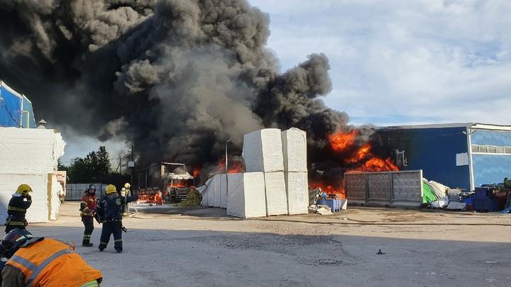 Крупный пожар произошел в ангаре с пластиковой тарой: дым был виден в Ленобласти и Петербурге