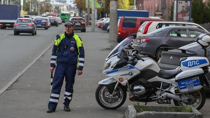 В Челябинске на перекрестке Свердловского — Победы выламывается тротуарная плитка