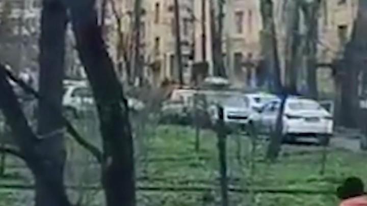 «С виду обычная семья, и кот хороший»: соседи рассказали о захватившим в Колпино детей дебошире