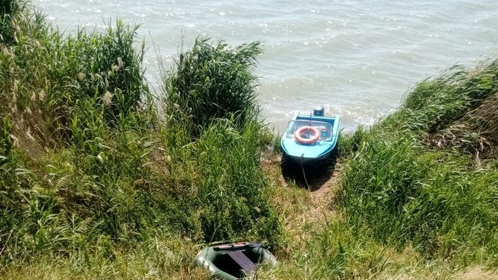 Рыбак из Краснодарского края всю ночь дрейфовал на лодке по реке в Ростовской области
