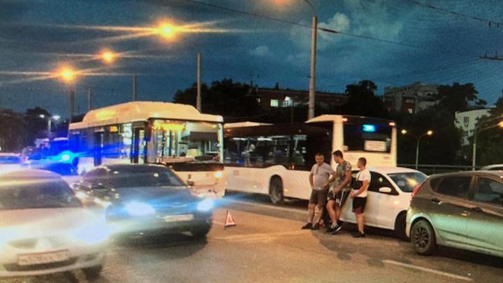 Два человека пострадали в тройном ДТП с автобусом в Ростове