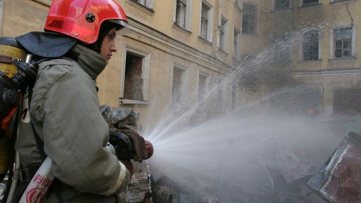 Повреждены два автомобиля: В Сочи произошел пожар в одноэтажном здании