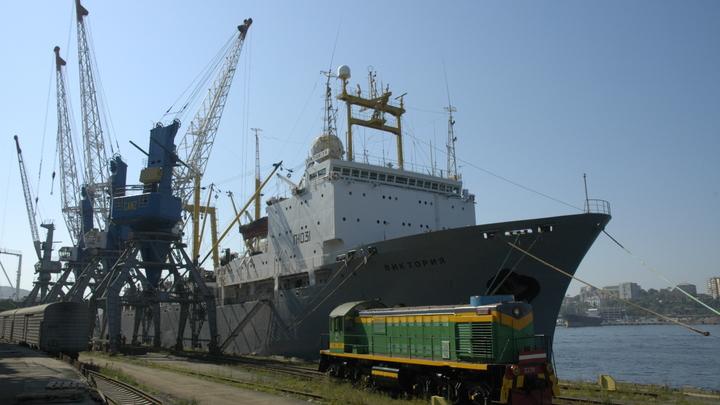 Судно дало крен: В России прогремел взрыв на крупнейшей в мире плавбазе