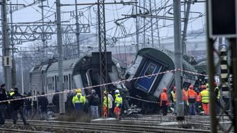 Искры летели во все стороны: Обнародовано видео схода с рельс пассажирского поезда в Италии