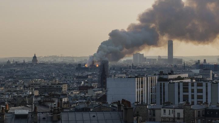 В пылающем Соборе Парижской Богоматери начала рушиться кровля