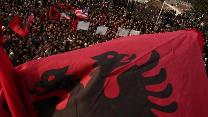 Полиция Косова задержала сербского министра края, отбив его у жителей