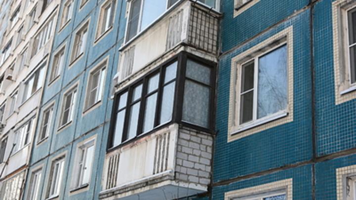 Население деградирует: Голая женщина обливала прохожих пивом с балкона в Новосибирске