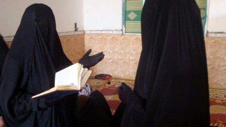 Забивали камнями, нападали с ножами: Жены боевиков ИГИЛ начали мстить за поражение террористов в Сирии - Daily Mirror