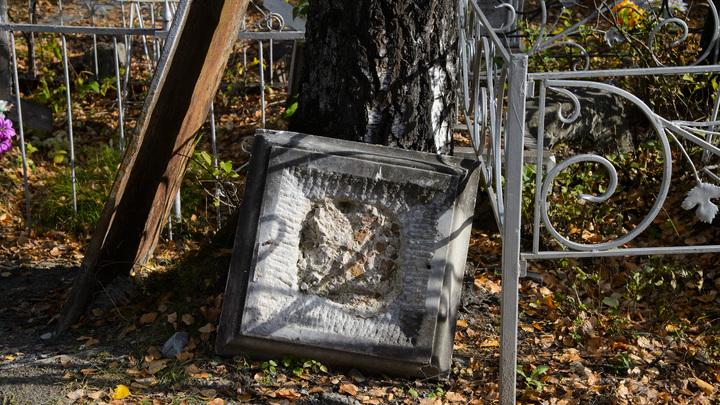 Никаких попыток исправить: Памятник сыну актрисы Кустинской рухнул на кладбище