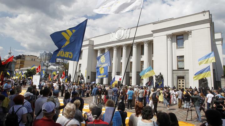 Киев нашёл способ увести в сторону следящих за Минскими соглашениями. Хватило одного человека