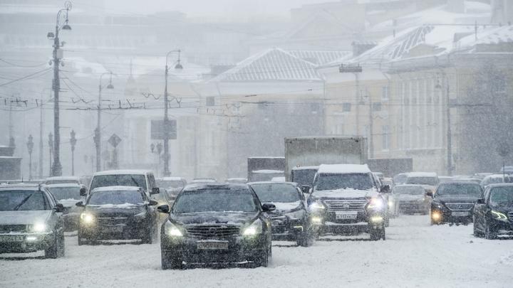 Пробки на МКАД, сугробы и транспортный коллапс: В соцсетях обсуждают снегопад в Москве