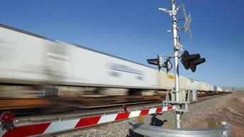 Поезд рухнул с моста на автостраду в США, есть жертвы