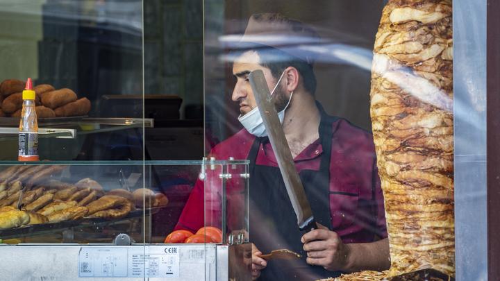 Жители Петербурга требуют жестоко наказать мигранта, пристававшего к школьнице в кафе Шаверма