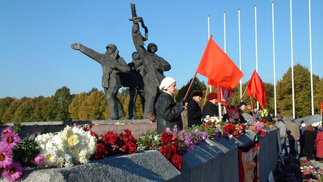 Польша пообещала сохранить советские памятники на могилах