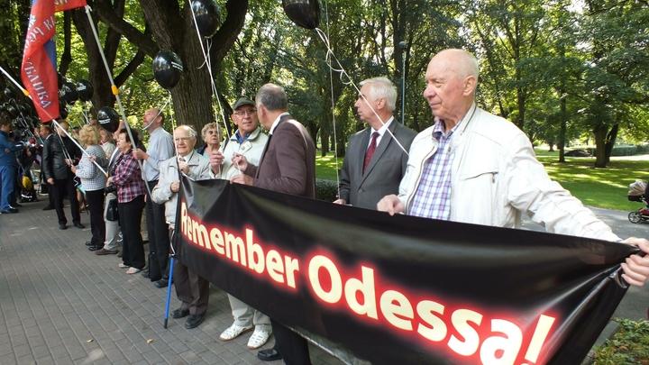 Сорваны венки и фотографии: неизвестные осквернили мемориал погибшим в Одессе
