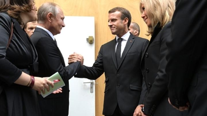 На президента Франции было совершено нападение