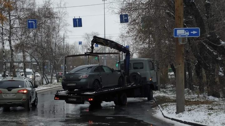 В Челябинске сильный снегопад вызвал массовые ДТП на магистральных улицах