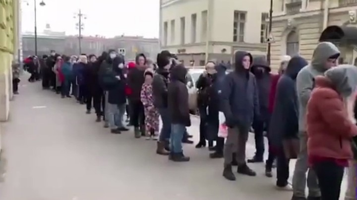 Страсть к халяве неистребима: в Сети обсуждают толпу около Кунсткамеры в разгар падемии