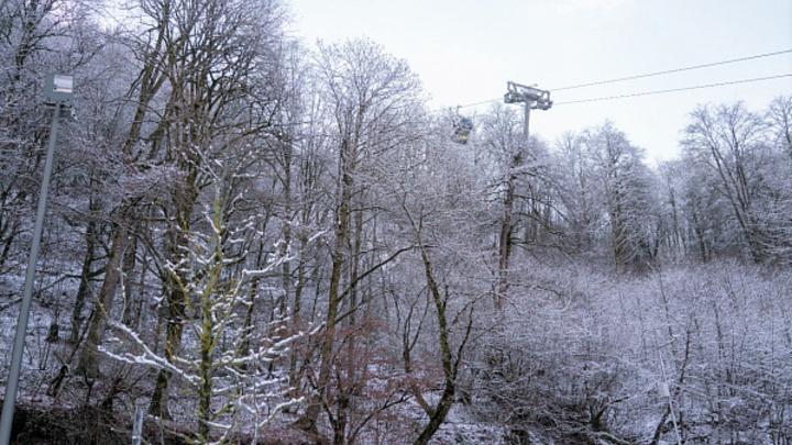 На дорогах будет скользко: В Сочи продлили предупреждение по налипанию мокрого снега в горах