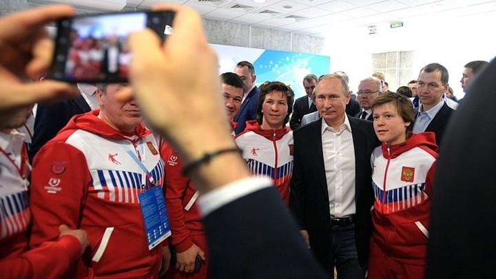 Подхрюкивающие в шоке: Спортсмены сломали стол ради селфи с Путиным - видео