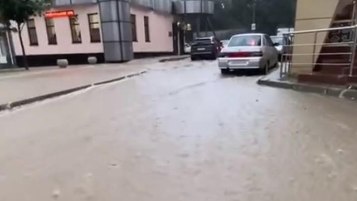 Ростовчане массово покидают кубанские курорты: затопило 1,3 тысячи домов и 1,7 тысячи дворов