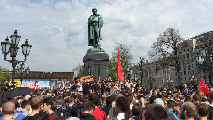 Неожиданно для Навального место у памятника Пушкину оказалось занято