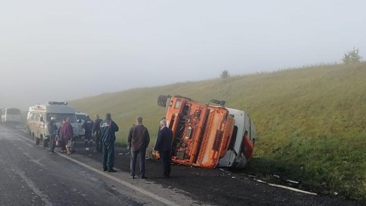 11 человек пострадали при столкновении грузовика и вахтового автобуса