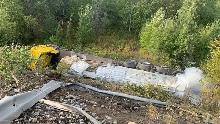 Под Екатеринбургом перевернулась фура с опасным грузом