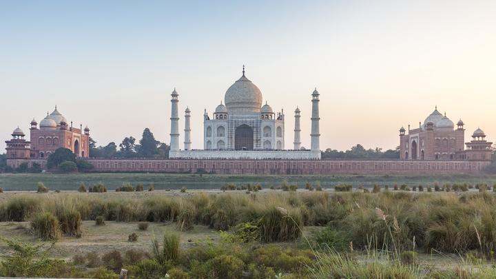 Уже рискуют врезаться самолёты: В Индии выросла мусорная куча высотой с Тадж-Махал