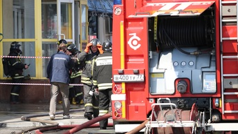 Дым столбом, кружат вертолеты: Очевидцы сняли на видео охваченный огнем ТЦ Синдика