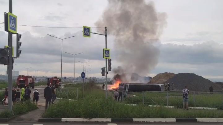 В Ростове в Западном жилом массиве загорелись обрезки пластиковых труб