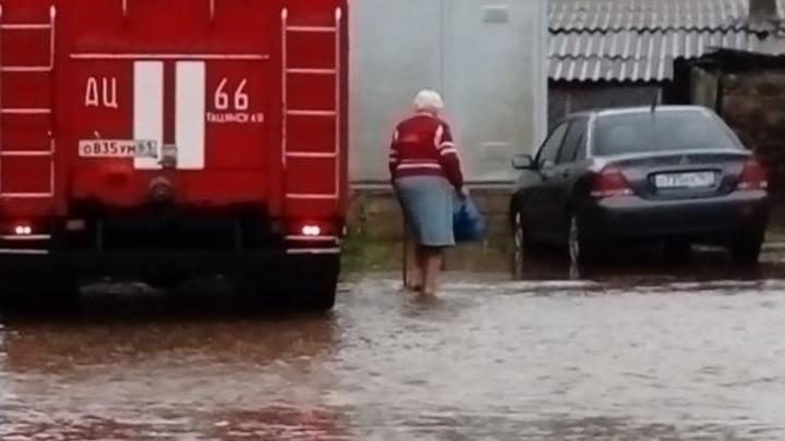 В Тацинском районе ливень затопил полтора десятка домов. На месте работает МЧС