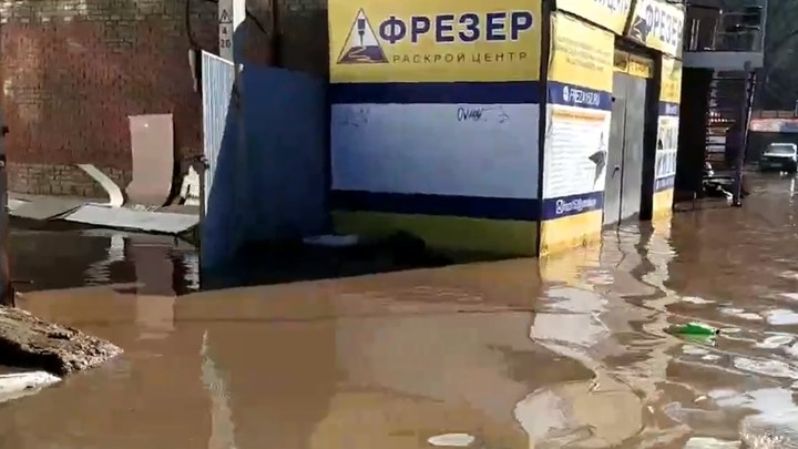 Площадь Сенную в Нижнем Новгороде затопило из-за прорыва трубы