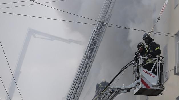 Мощный пожар в ангаре под Калининградом тушат с вертолета - фото