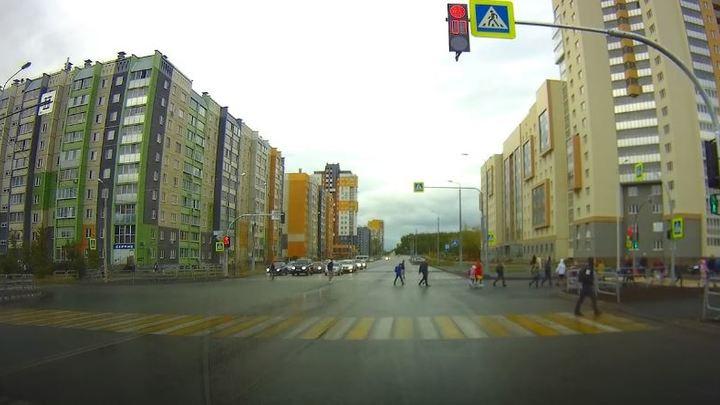 Возле ЖК Ньютон сделали прогрессивный светофор в Челябинске, но есть недочет