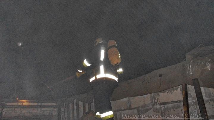В Петербурге 13 часов тушили мощный пожар в ангаре