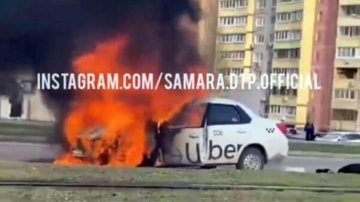 В Самаре сгорел автомобиль такси
