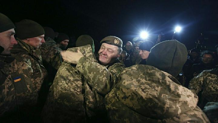 Как эта тварь может смотреть людям в глаза: Порошенко устроил шоу на крови в Станице Луганской. После того, как разбомбил ее