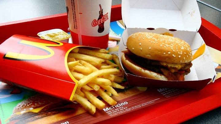 Листик салата вас не спасёт: Диетолог во Всемирный день борьбы с Макдоналдсом назвала главную опасность бигмаков