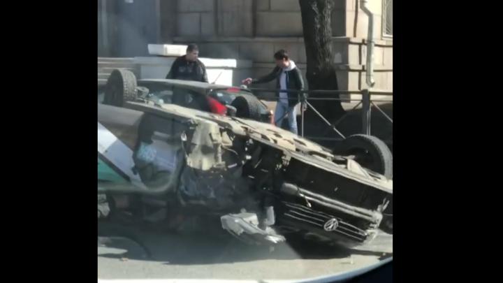 Каршеринг встал на дыбы на Московском проспекте Петербурга, пострадало два человека