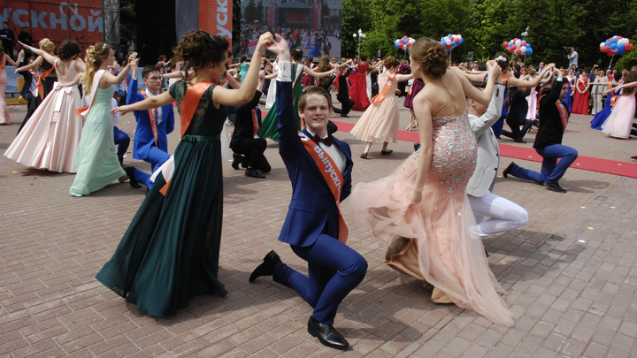 Стали веселее, но дороже: Большинство жителей России осудили транжирство на выпускной - опрос