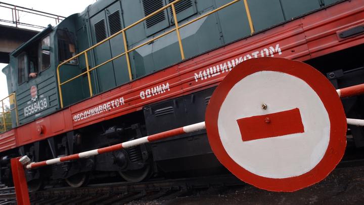 В Челябинске на переезде поезд протаранил автомобиль