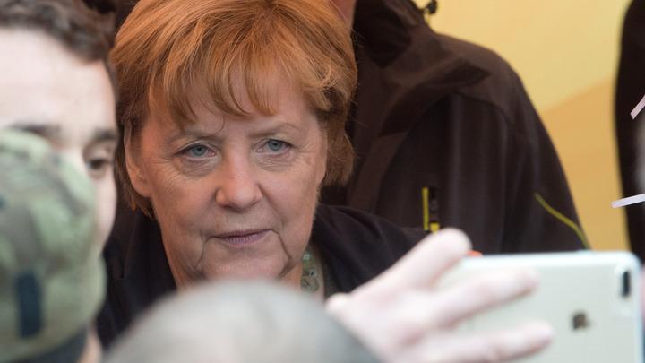 Недовольные политикой Меркель забросали машину канцлера помидорами