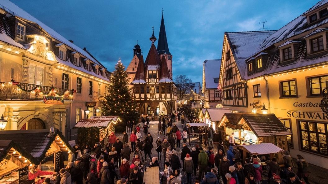 В Германии рождественская ель упала на детскую карусель