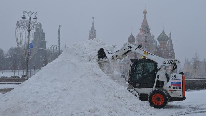 Неубранный снег назвали причиной обрушения строительных лесов в переходе в Москве