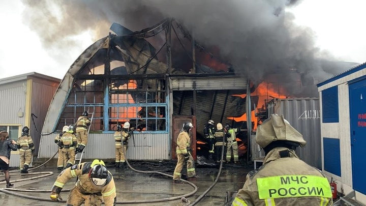 В Батайске крупный пожар уничтожил склад пластиковых изделий