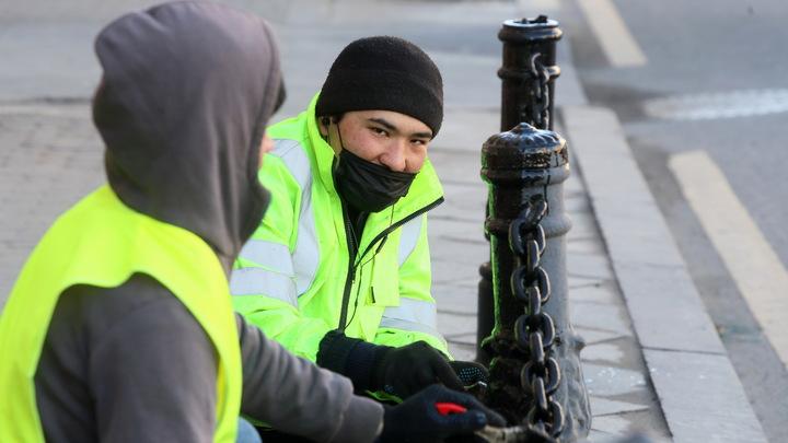 Мигранты штурмуют отделение УФМС в Казани: Массовая давка попала на фото
